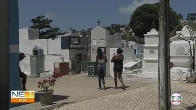 Famílias vão a cemitérios prestar homenagens aos mortos no Dia de Finados - Medidas para prevenir a Covid-19 foram adotadas por cemitérios no Grande Recife.