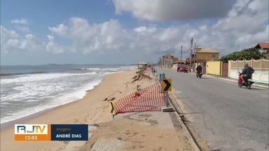 Mar destrói parte da orla de Tamoios, em Cabo Frio - Fim de semana foi de mar agitado e ondas avançando à faixa de areia.