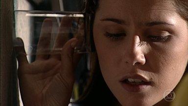 Íris ouve através da parede a discussão entre Helena e Camila - Íris descobre a paixão de Camila por Edu