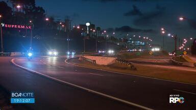 Fluxo de veículos pode variar entre 50 e 110% acima do normal na BR-277 - Boa Noite Paraná acompanha o movimento nas estradas na volta do feriado de Finados.