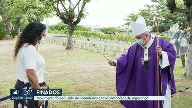 Feriado de finados foi marcado por movimento reduzido e protocolo de segurança - As missas foram ao ar livre e também transmitidas pela internet.