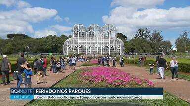 Feriado de parques movimentados na capital - Visitantes e curitibanos aproveitaram o dia de sol para passear.