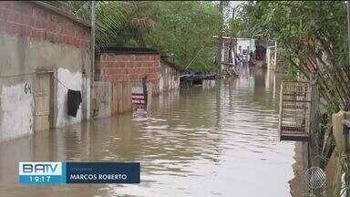 Grande volume de chuva deixa famílias desabrigadas no sul da Bahia - Caso ocorreu nesta segunda-feira (2). Nível do rio subiu e casas ficaram alagadas.