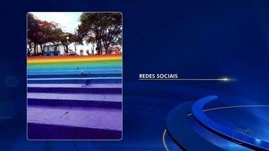 Pastor critica pintura de arco-íris na Praça da Bíblia em Boituva e provoca reação na web - O comentário de um pastor nas redes sociais criticando a pintura da escadaria da Praça da Bíblia, em Boituva (SP), provocou reação de moradores nas redes sociais.