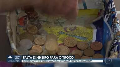 Comerciantes sofrem com a falta de dinheiro para dar troco aos clientes - Muitos lojistas recorrem aos bancos para conseguir moedas.