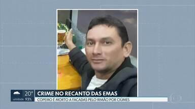 Copeiro morto a facadas pelo irmão é enterrado no Gama - O assassino confesso disse à polícia que agiu por ciúmes. Antonino Moura, de 48 anos, trabalhou como copeiro para o GDF. Ele recebeu homenagens nas redes sociais.