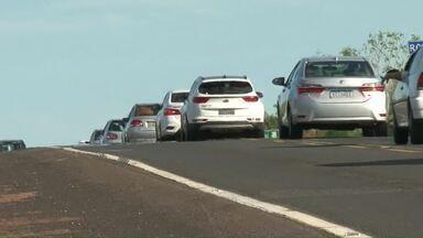 Câmeras registram movimentação nas estradas nessa volta do feriado - Fluxo de carros aumentou no começo da tarde e filas se formaram em estrada de pista simples.