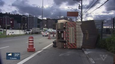 Caminhão tomba na Avenida Martins Fontes em Santos - De acordo com a CET-Santos, ninguém se feriu no acidente.