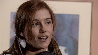 Íris provoca Camila - A jovem faz pergunta sobre Edu e faz questão de lembrar que ele é namorado de Helena