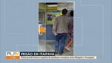 Polícia prende homens suspeitos de assaltarem moradores entre Petrópolis e Teresópolis - Segundo a polícia, os dois homens teriam praticado assaltos a moradores que faziam o caminho entre a estrada Itaipava e Teresópolis, no mês passado.