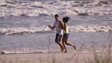 Amadeu e Isabel implicam um com o outro - Os dois correm juntos na praia