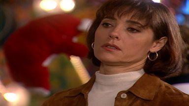Capítulo de 15/05/2003 - Marcinha pede um beijo a Fred. Dóris manda um bilhete para Luigi. Helena se surpreende ao ver Téo chegando acompanhado de Salete. Santana chega bêbada na festa.