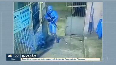 Bandidos armados invadem condomínio na avenida Dom Helder Câmara - Foi na altura das comunidades de Manguinhos e do Jacaré. Segundo a PM, eles estavam atrás de policiais militares.