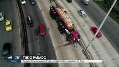 Carreta tombou na Av. Brasil e ainda não há previsão para retirada do veículo - Carreta tombou de madrugada na altura do Caju, no sentido centro e ocupa 2 faixas da pista central. O motorista e a mulher dele sofreram feriamentos leves.