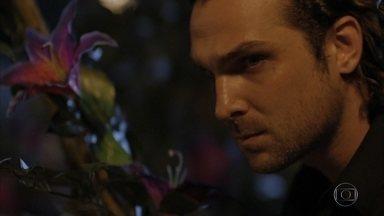 Alberto espera Cassiano e Ester deixarem a cabana - Ele se lembra da infância, quando Ester já preferia Cassiano. Guiomar se assusta com o descontrole de Alberto. Alberto deixa claro para a mãe e para o avô que não vai desistir de Ester