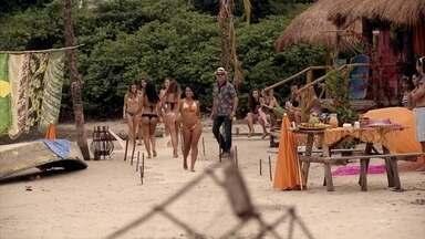 Duque ensaia com as meninas o desfile de biquíni da ONG - Ele se preocupa ao saber que perdeu a mulher que faria a produção de moda. Nicole tem uma ideia