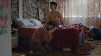 A Noite Não Tem Limites, Cláudio - Após um beijo na amiga Mari Maia, Ciro decide contar tudo para sua namorada de longa data. Mal sabe ele que está prestes a levar um pé na bunda e que sua vida vai virar do avesso.