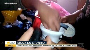 Polícia prende homem após encontrar droga em chuveiro, em Rio Verde - A Polícia foi atender uma ocorrência de violência doméstica e encontrou droga escondida.