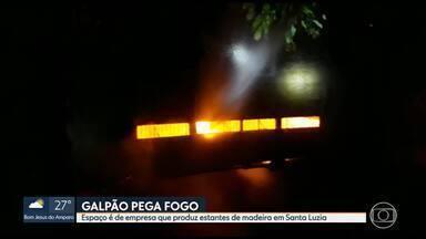 Galpão pega fogo em Santa Luzia - Espaço é de empresa que produz estantes de madeira.