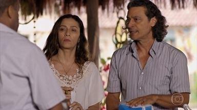 Bibiana confessa a Donato que tem vergonha das atitudes de Hélio - Com a ajuda dos amigos, eles recolhem donativos para a ONG. Yvete chega ao bar de Bibiana e liga para a redação de um jornal