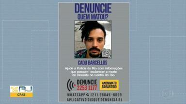 Disque Denúncia lança cartaz pedindo informações sobre suspeitos da morte do cineasta Cadu Barcellos - Ele foi assassinado a facadas no Centro do Rio, na madrugada da última terça (10). O crime aconteceu na Avenida Presidente Vargas, esquina com a Rua Uruguaiana.