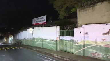 Suspeito de tráfico de drogas morre ao trocar tiros com a PM dentro de escola em Betim - Segundo a PM, ele teria apontada a arma para os militares. Homem é suspeito de tráfico de drogas