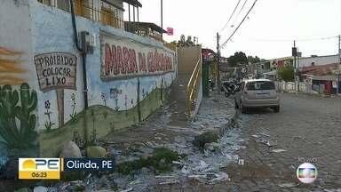 No dia seguinte da votação, rua permanece tomada de 'santinhos' de candidatos - Em Olinda, o lixo ficou acumulado na entrada de uma escola.