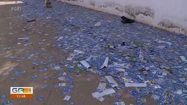 Locais de votação das Eleições 2020 amanheceram sujos de santinhos em Petrolina - Depois de um domingo de muita euforia, restaram, nesta segunda-feira pós- votação, ruas e avenidas sujas em vários bairros da cidade.