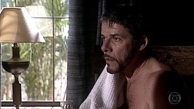 Pedro se surpreende com Cíntia em sua casa - A veterinária é recebida com festa pela família