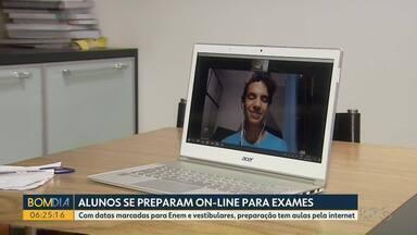 Alunos se preparam para prova do Enem - A preparação está sendo através de aulas pela internet.