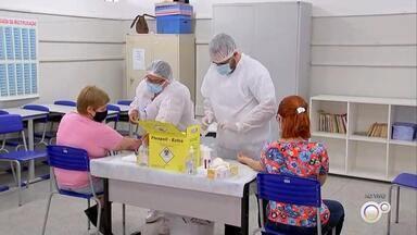Professores da rede municipal fazem testes de Covid-19 em Araçatuba - Os professores da rede municipal de ensino de Araçatuba (SP) estão sendo testados para saber se já tiveram contato com a Covid-19. Os exames começaram na segunda-feira (16) e vão até o dia 24.