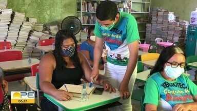 Iniciativa auxilia pessoas que querem aprender a ler - Projeto acontece na zona rural de Buíque, no Agreste.