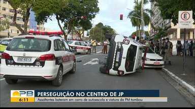 Viatura da PM tomba em perseguição a assaltantes no Centro de João Pessoa - Outros acidentes também foram provocados