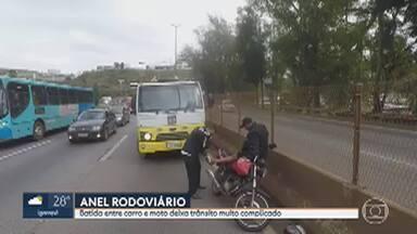 Acidente entre carro e moto deixa trânsito muito complicado no Anel Rodoviário de BH - Batida foi na altura do bairro Olhos D'Água , no sentido Rio de Janeiro.