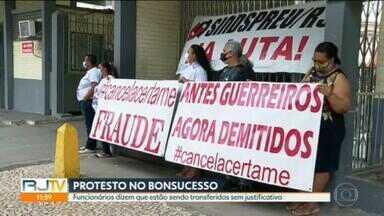 Funcionários do Hospital Federal de Bonsucesso fazem protesto na porta da unidade - Eles dizem que estão sendo transferidos para outras unidades sem nenhuma justificativa do Ministério da Saúde.