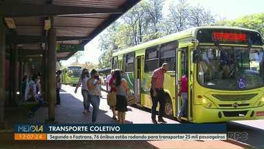 Passageiros do transporte coletivo reclamam da frota reduzida que circula em Foz - Segundo o Foztrans, 76 ônibus estão rodando para transportar 25 mil passageiros.
