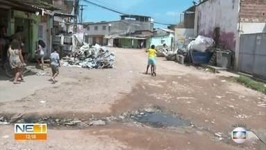 Moradores de Aguazinha, em Olinda, reclamam de buracos na Travessa Dois de Fevereiro - Além da falta de calçamento, rua não tem drenagem e esgoto escorre pela via. Lixo se acumula na frente das casas.
