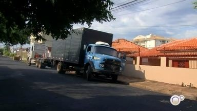 Caminhão desgovernado invade casa em bairro de Rio Preto - Um caminhão desgovernado atingiu uma casa na manhã desta quarta-feira (18) no bairro Vila Angélica, em São José do Rio Preto (SP). A câmera de segurança da casa registrou o momento do acidente, na Rua Totó Duarte.