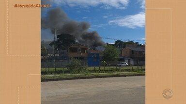 Quatro casas foram destruídas em um incêndio nesta quinta-feira (19) em Porto Alegre - Fogo atingiu as residências porque são muito próximas. Nenhum morador ficou ferido.