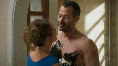Tancinha e Apolo pintam a nova casa - A feirante conta a Apolo que tentou aprender a dançar. O mecânico implica com a noiva e ela se irrita