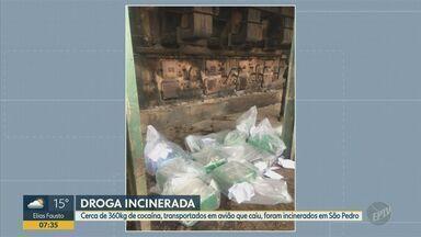 Polícia incinera em São Pedro 360 kg de cocaína transportados em avião que caiu sábado - A aeronave havia caído no sábado (14) em uma área de mata, na zona rural do município. O piloto morreu com a queda.