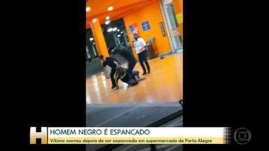"""Homem negro morre após ser espancado em supermercado do grupo Carrefour em Porto Alegre - Dois homens brancos, incluindo um PM, foram presos por agredir e matar João Alberto Silveira Freitas, de 40 anos. Em nota, Carrefour chamou ato de criminoso e anunciou o rompimento do contrato com empresa que 'responde pelos seguranças que cometeram a agressão'. Também em nota, a Brigada Militar informou que o PM envolvido na agressão é """"temporário"""" e estava fora do horário de trabalho."""