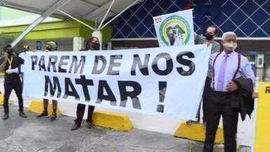 Morte de João Alberto provoca protestos em várias cidades - Em Porto Alegre, um grupo pequeno atacou o supermercado onde João Alberto foi assassinado. O grupo não fazia parte da manifestação pacífica nos arredores da loja.