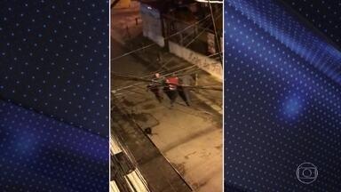 PM apura agressão policial contra dois rapazes em Santo André, no ABC Paulista - Imagens gravadas por testemunhas mostram um rapaz apanhando de três policiais no fim de semana passado. Moradores contaram que eram dois jovens que estavam numa moto. O outro também apanhou. Eles já foram localizados e devem prestar depoimento.