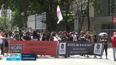 Manifestantes protestam contra racismo em frente a supermercado - Ato aconteceu por causa da morte de cidadão negro em unidade do Carrefour de Porto Alegre.
