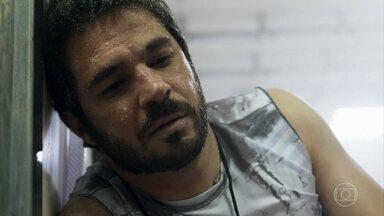 Renan enfrenta frio extremo em novo desafio - Ele decide entrar em um frigorifico sem roupa e Larissa se preocupa com o namorado