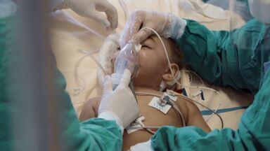 Sem Descanso - Fora do hospital, as pessoas começam a relaxar, mas a doença não dá folga. A CTI 2, que seria fechada para COVID, recebe pacientes da DIP para abrir mais leitos para Dra. Caryna.