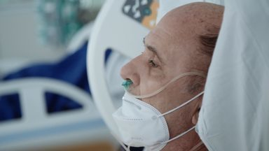 Forças Redobradas - Depois de realocar os pacientes graves na CTI 2, a DIP volta a ficar lotada. Seu Wilson, um caso de possível reinfecção, intriga Dra. Caryna e as equipes médicas.