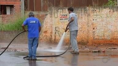 Prefeitura de Barra Bonita trabalha para limpar cidade após temporal - A segunda-feira foi dia de limpeza em Barra Bonita. Funcionários da prefeitura trabalharam para consertar os estragos de uma chuva forte que atingiu a cidade no fim de semana. Uma mulher de 34 anos morreu ao ser arrastada junto com sua moto pela enxurrada.