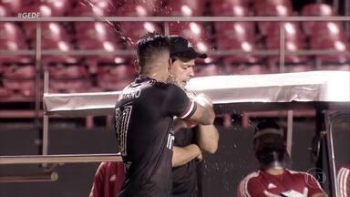 São Paulo goleia Botafogo e coloca 7 pontos de vantagem na liderança - Tricolor garantiu também o título simbólico do primeiro turno. Já o Fogão chegou à sexta derrota seguida e segue estacionado na vice-lanterna